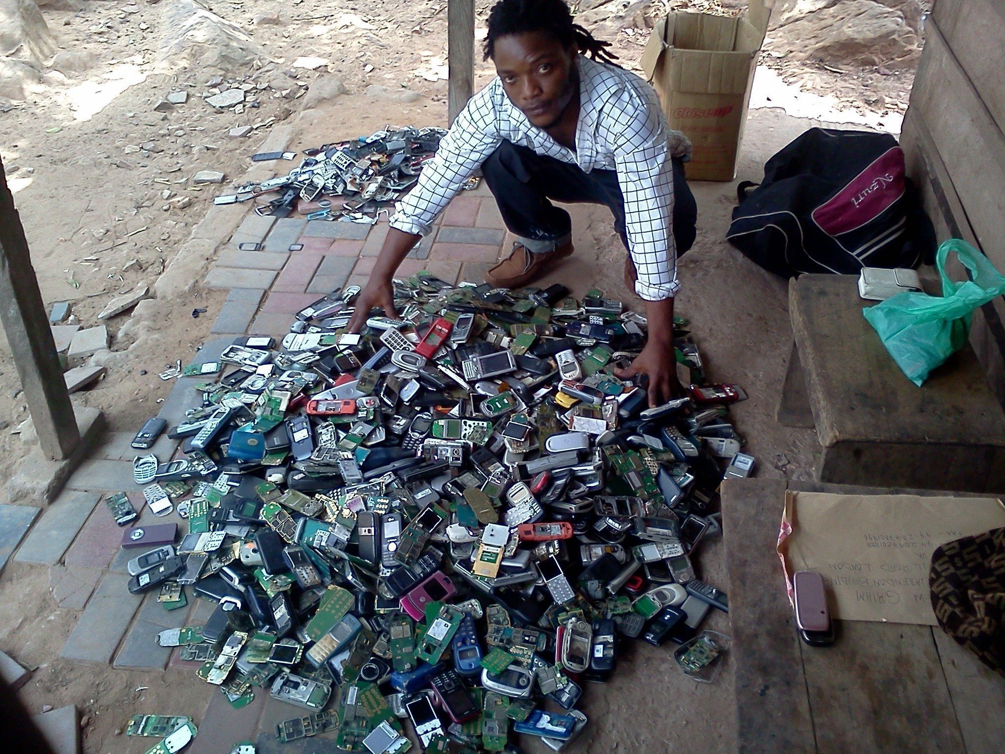 Taking back phones for a circular economy e waste in ghana fairphone - Recycling mobel ...